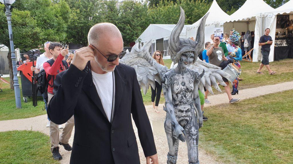Enrico Lein und Claudia Kraemer mit ihrem Gargoyle Bodypainting auf dem Weg zur Jury bei der Bodypainting WM 2019