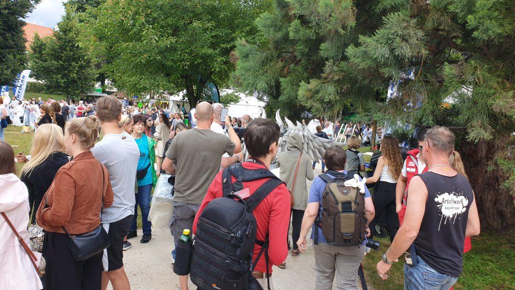 Besucher strömen durch das Gelände beim WBF 2019 hinter dem Gargoyle.