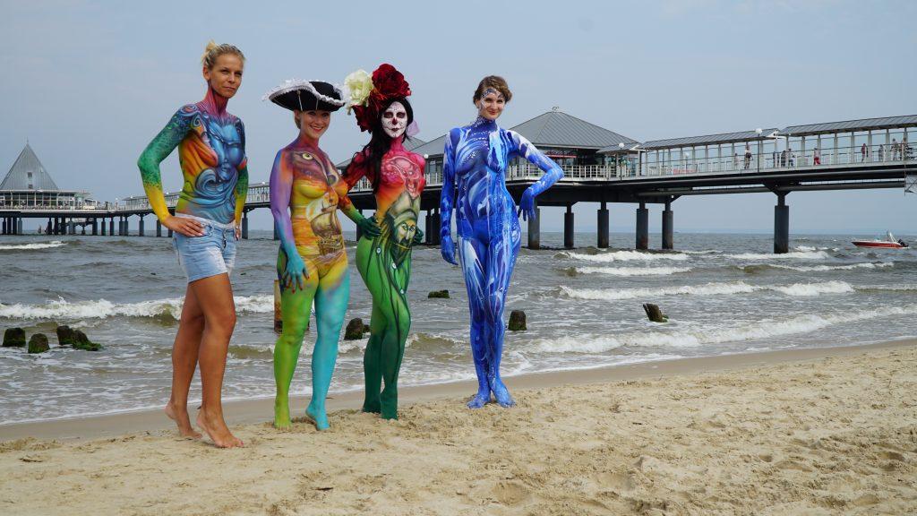 Heringsdorfer Bodypainting Festival Modelle an der Seebrücke