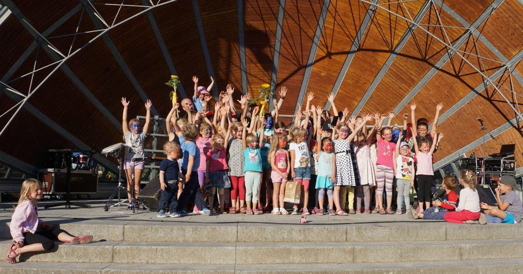 Kinder schminken Kinder stehen auf der Bühne