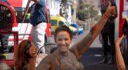 Glückliches Model beim Shooting Teneriffa Bodypainting Feuerwehr Kalender
