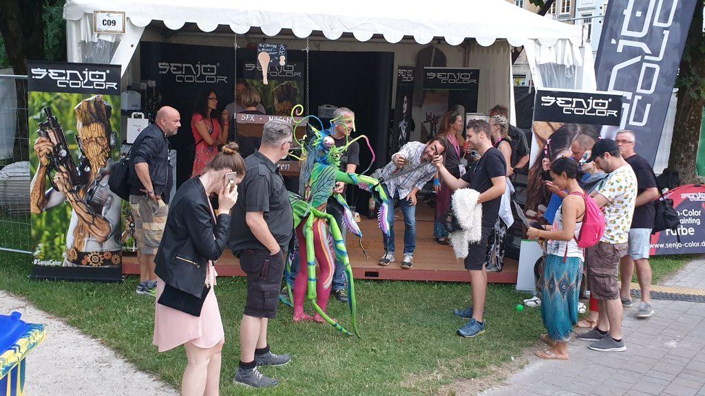 Künstler versammeln sich vor dem Senjo Color Zelt beim WBF 2019